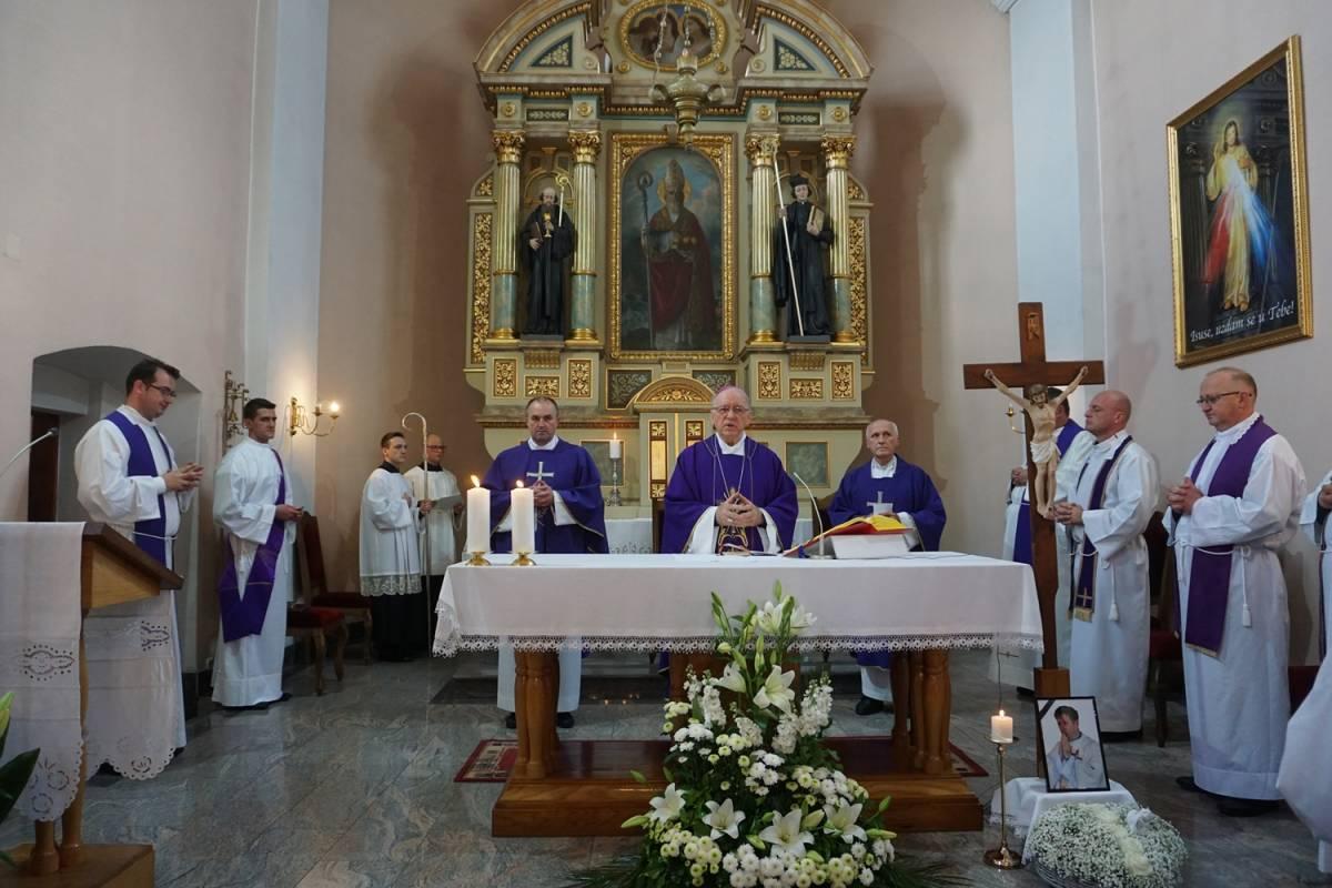 Oproštaj od preminulog svećenika Tomislava Vučura