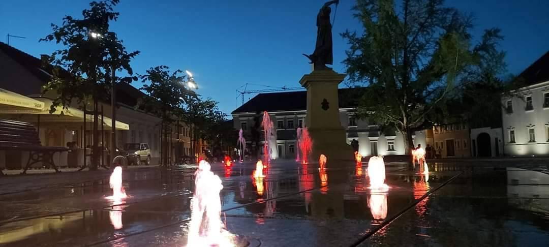 FOTKA DANA: Fontana na Trgu sv. Terezije noću