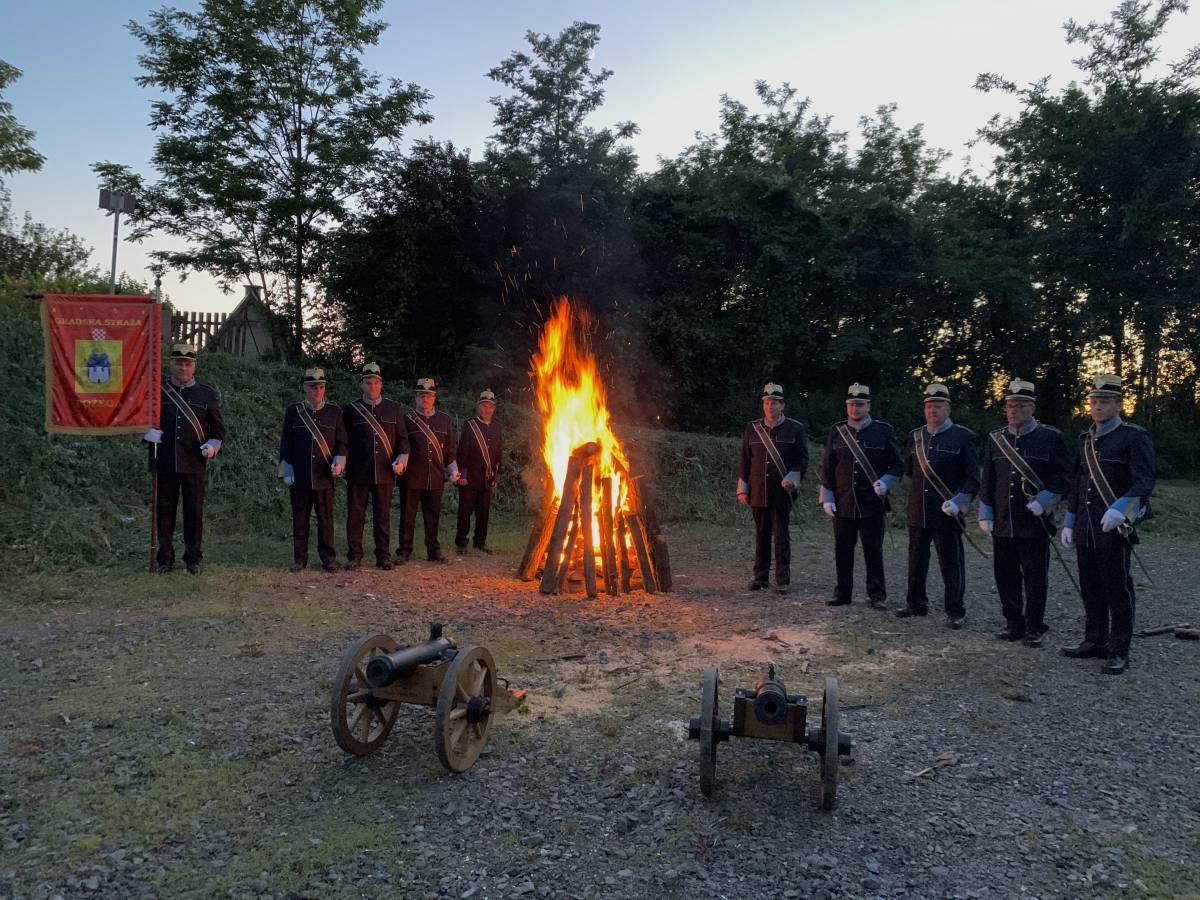 Gradska straža Požega zapalila tradicionalni Ivanjski krijes