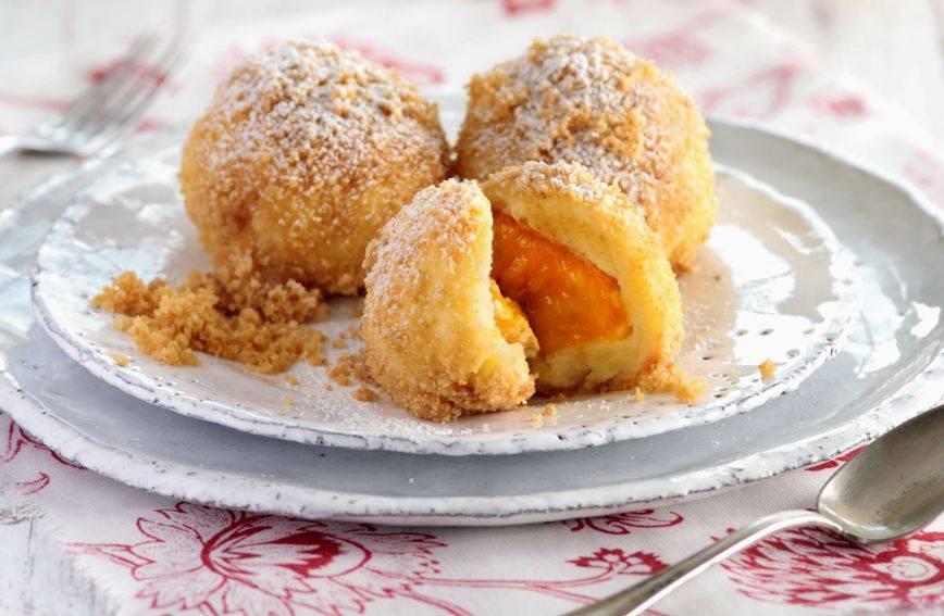 Desert ili slatki ručak: Recept za knedle s marelicama i zapečenim krušnim mrvicama
