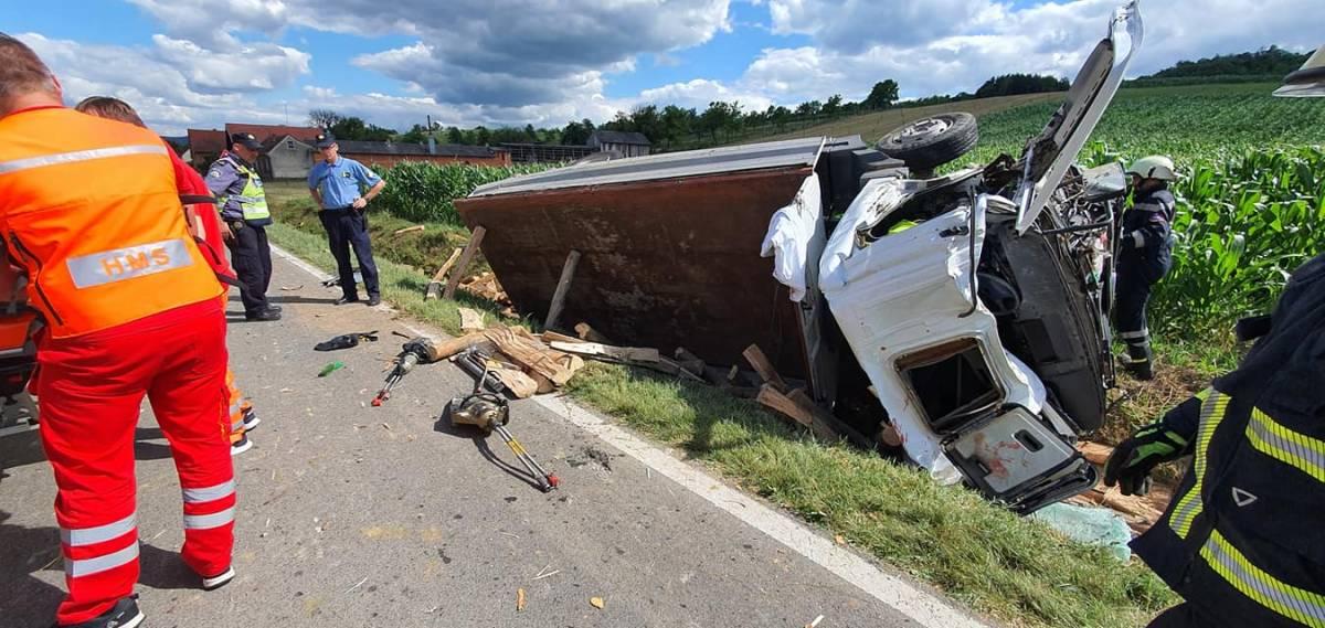 U Skenderovcima se prevrnuo kamion, vozača još izvlače iz vozila
