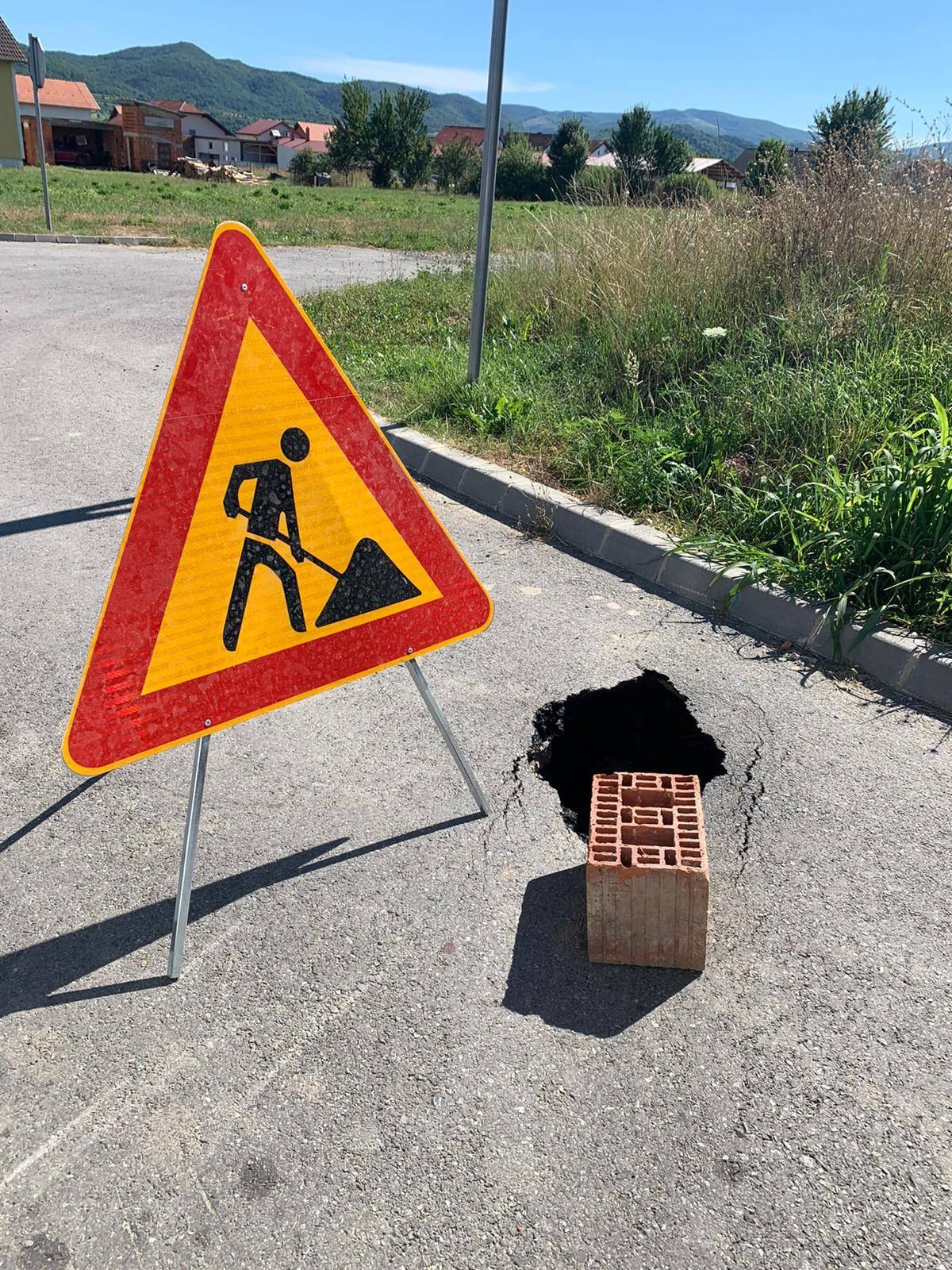 U Požegi umjesto da se sanira rupa na kolniku po hitnom postupku, nadležni postavili znak i građevinski blok