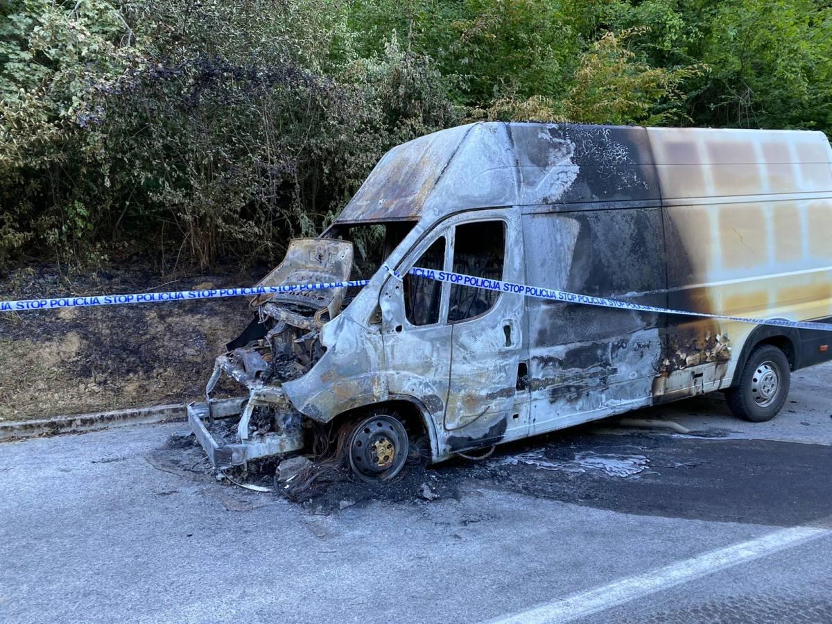 Kombi izgorio u vožnji, vozač se spasio u zadnji tenutak