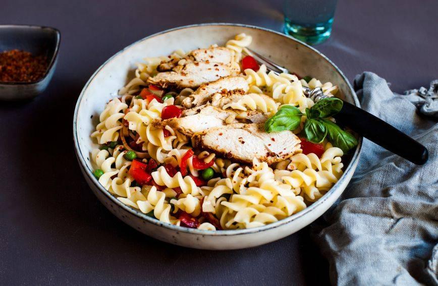 Hladna, fina i puna proteina: Recept za brzu salatu s tjesteninom i piletinom