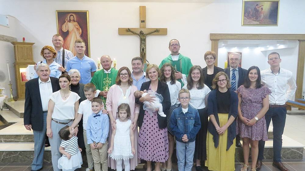 Krštenje petog djeteta obitelji Matković u Vinkovcima