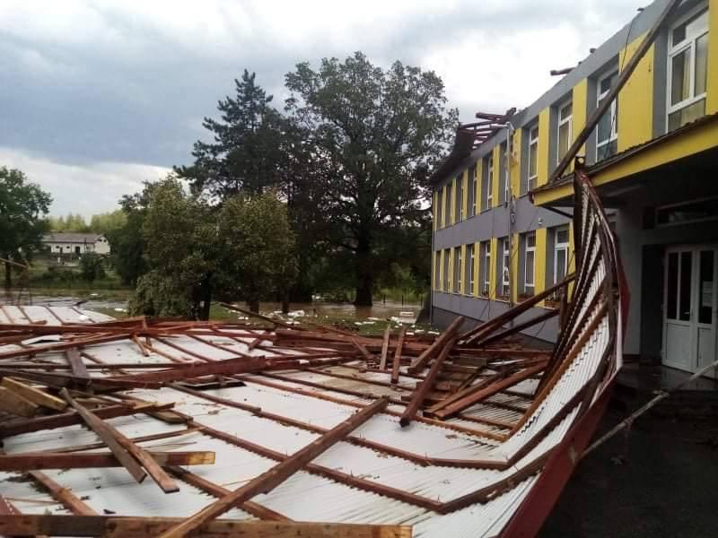 Olujno nevrijeme srušilo krov na školi u Čaglinu, šteta zabilježena diljem Požeštine