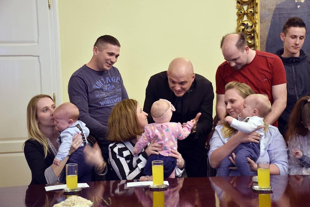 Naknade za novorođene bebe roditeljima će biti uplaćene na tekuće račune