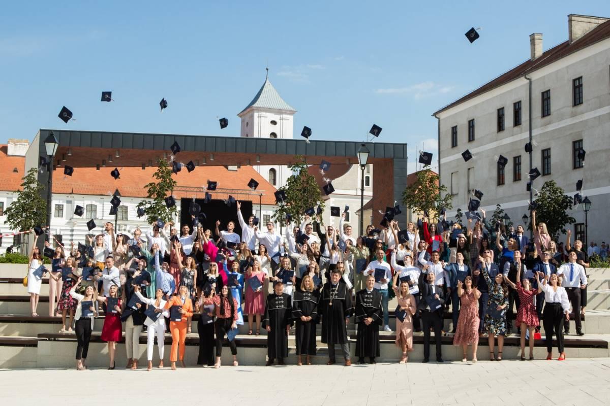 U subotu je na Trgu u Osijeku održana svečana promocija magistara ekonomije među kojima je bilo i Požežana