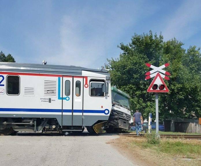 Kamion brodske tvrtke podletio danas pod vlak