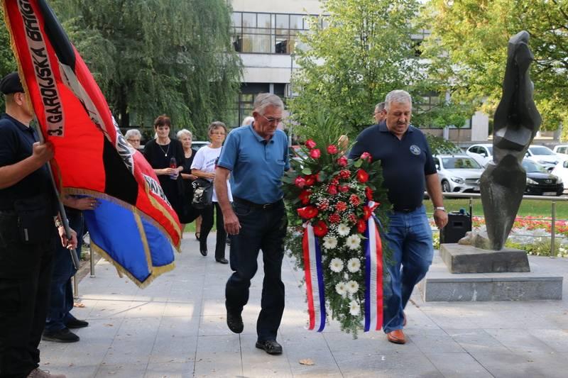 Položeni vijenci i zapaljene svijeće za sve poginule branitelje Brodsko-posavske županije