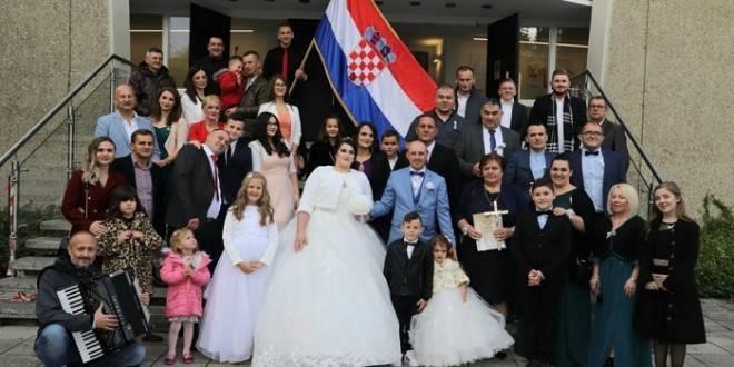Vjenčanje Požežana Gabrijele i Luke u Njemačkoj plijenilo pozornost u automobilu s hrvatskim zastavama
