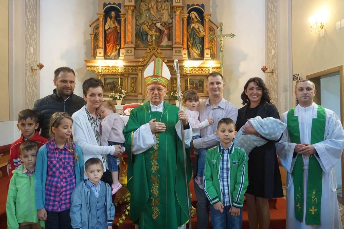 Biskup Škvorčević na misijsku nedjelju krstio osmo dijete u obitelji Ivić u Bučju