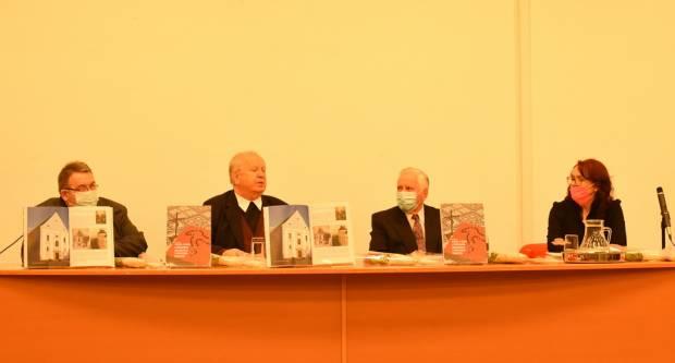 """Predstavljena knjiga """"Vjera u Boga i povijesna događanja u Brodskoj Posavini"""" Željka Čeglaja"""