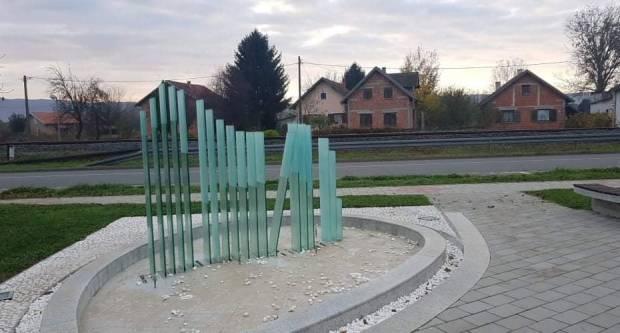 Vandali ne spavaju: Ponovno oštećena fontana staklenog lipicanca