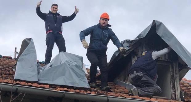 Požežani sanirali štetu na krovištu kuće jedne bake u selu kod Petrinje