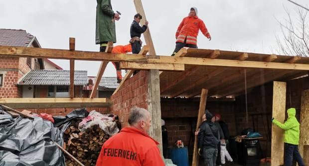 Dobrovoljci DVD-a Ljeskovica i Čaglin pomagali sanirati štetu na objektima u Strašniku kraj Petrinje