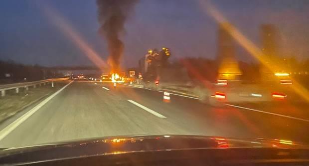 Vatrogasci na terenu, gori automobil. Fotografije izgledaju strašno