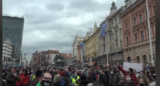 GUŽVA NA TRGU BANA JELAČIĆA: Poduzetnici prosvjeduju zbog korona mjera