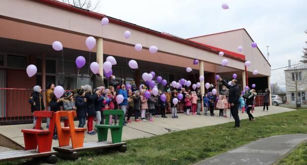 Vrtićarci iz Lipika Svjetski dan bolesnika obilježili puštanjem balona
