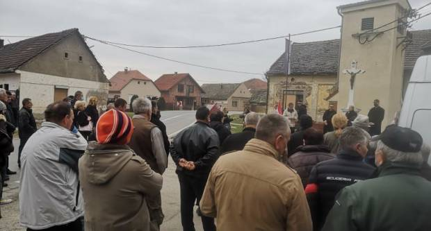 """Prosvjed mještana Šarengrada: """"Zatvorite cestu za teške kamione!ʺ"""