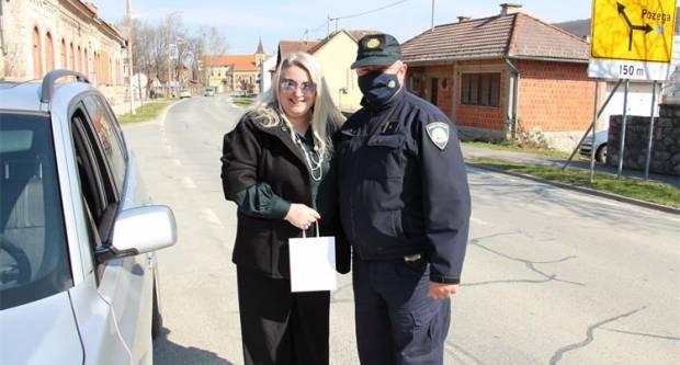 Policijski službenici diljem županije dijelili cvijeće i prigodne poklone ženama-vozačicama