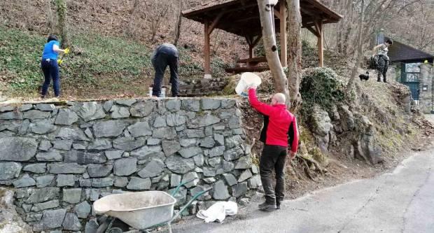 """Radna akcija vrijednih članova HPD """"Sokolovac"""" na planinarskim objektima"""