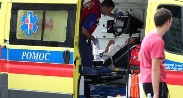 U tijeku hitna operacija, liječnici se u šok sobi bore za život ozlijeđenog