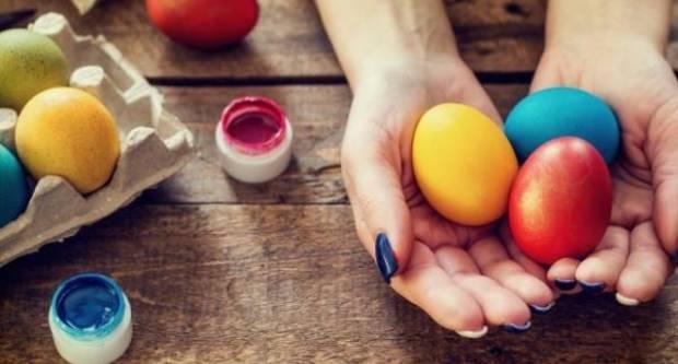 Luk, cikla, špinat, kurkuma... Kako prirodnim bojama ukrasiti pisanice?