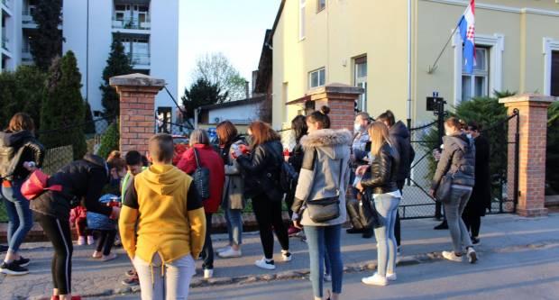 Ispred požeškog Centra za socijalnu skrb održan prosvjed povodom smrti djevojčice Nikoll