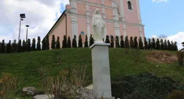 Postavljen kip Gospe ispred crkve UBDM u Pakracu