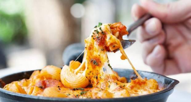 Kako otopiti mozzarellu? 5 najčešćih pogrešaka zbog kojih postaje gumasta, tvrda i lošeg okusa