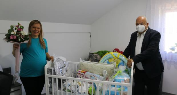Gradonačelnik Mirko Duspara uručio vrijednu opremu za prvo dijete u pet brodskih obitelji