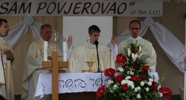 Proslavljena mlada misa vlč. Krešimira Iljazovića u Sl. Brodu