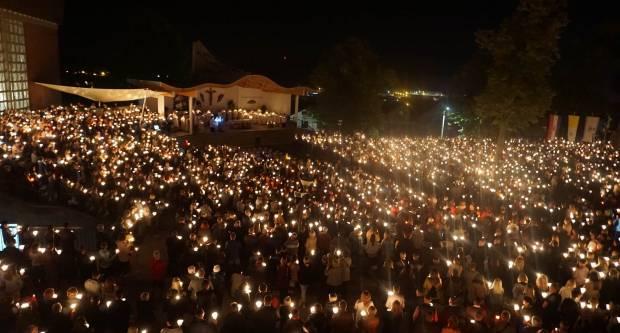 FOTO: Mnoštvo hodočasnika sinoć na posljednjem danu Devetnica u Pleternici
