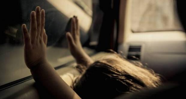 Dijete je zaključano u automobilu na suncu, smijete li razbiti prozor?