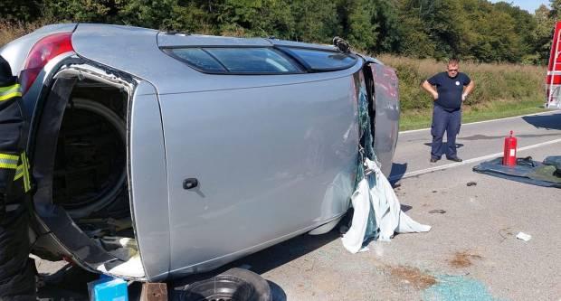 U prometnoj nesreći između naselja Cerovac i Šumanovac, osobe ostale zarobljene u automobilu