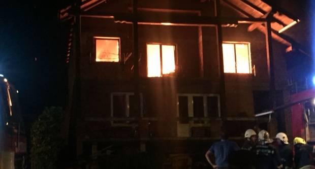 U tijeku požar obiteljske kuće u Starom Brestovcu