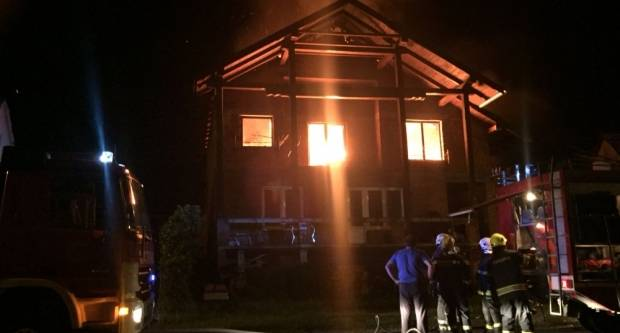Požar im uništio dom: ʺOtac i ja smo patili da ga izgradimoʺ