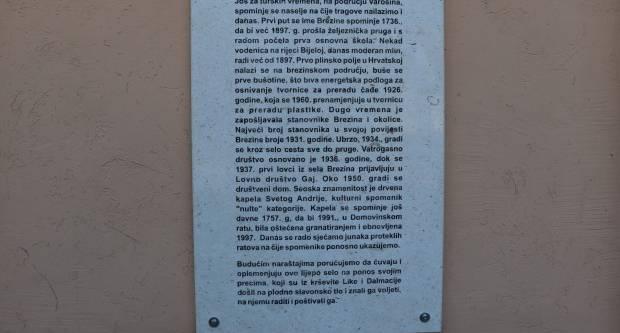 Postavljena ploča na kojoj je prikazana povijest mjesta
