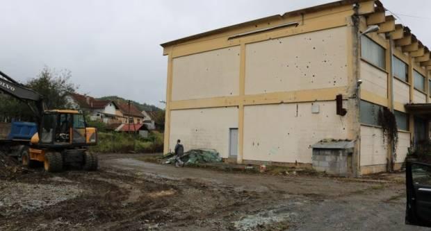 """U nekadašnjem """"Papukovom"""" dvorištu: Započeli radovi čišćenja i krčenja"""