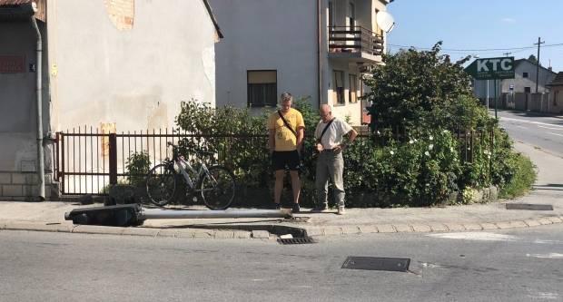 Samo u Požegi: Biciklist srušio semafor!
