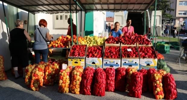 Pakračka tržnica danas: Paprika znatno skuplja nego lani