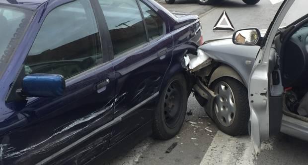 Zbog ne držanja razmaka automobilom naletio na vozilo ispred sebe