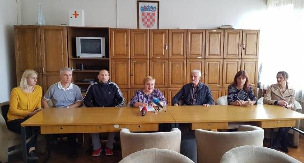 Dožupan Stjepan Bošnjaković tvrdi ʺISTJERANI SMOʺ, ravnateljica i predsjednica kluba tvrdi ʺNEMA ZABRANEʺ...
