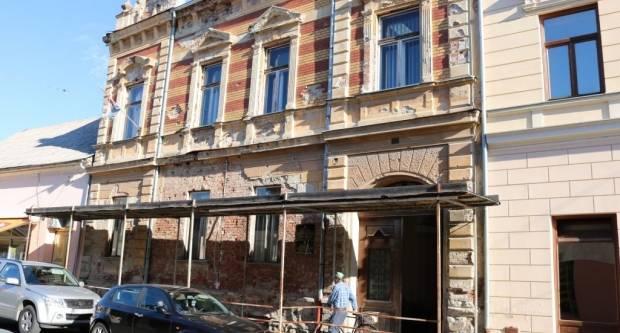 """Odlazi skela iz centra grada: Obnavlja se zgrada """"socijalnog"""" u Pakracu"""
