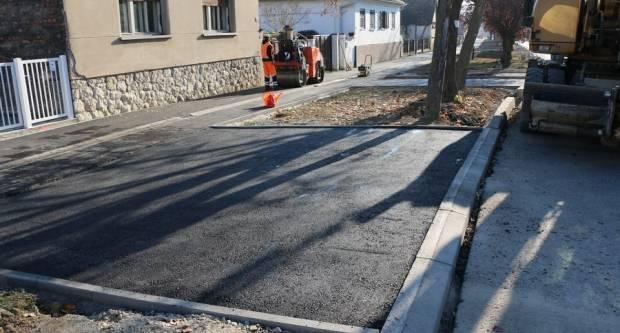 Nakon pješačke staze asfaltirani i kolni prilazi u Zagrebačkoj ulici