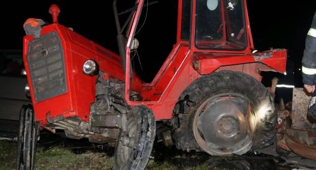 U sudaru kod Tekića traktor pukao popola, vozač kritično