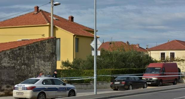 Vozač (32) BMW-a, požeških tablica, kod Zadra pokušao pregaziti policajca i ukrao gorivo s benzinske