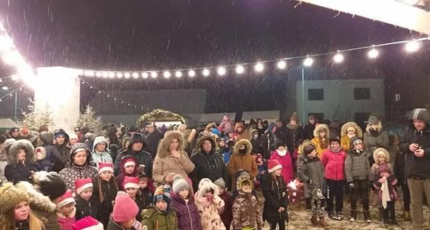 ʺKaptolski zvonciʺ sinoć svečano otvoreni uz bajkovite snježne prizore, vatru, lampice i Djeda Mraza