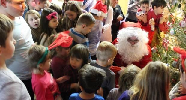 Djed Mraz razveselio djecu poklonima u Kući Bake Mraz